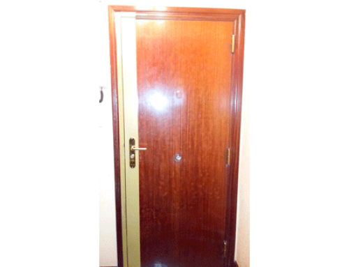 Puerta con instalación de cerradura de seguridad